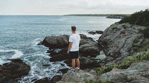 Foto profissional grátis de beira-mar, homem, mar, oceano
