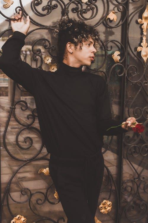 Darmowe zdjęcie z galerii z dorosły, elegancki, kwiat, mężczyzna