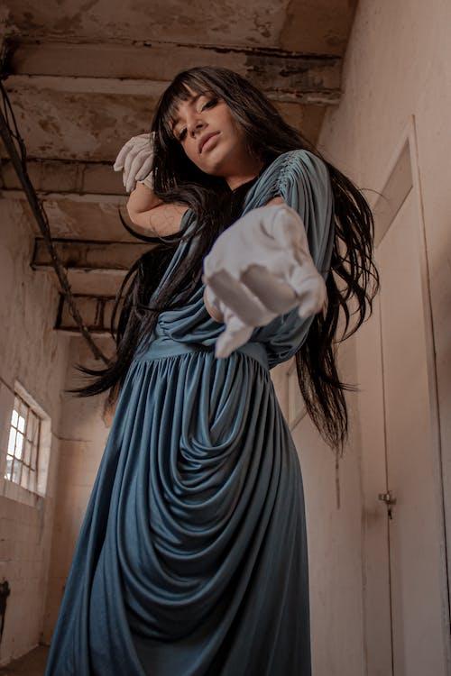 Δωρεάν στοκ φωτογραφιών με γάντια, γυναίκα, διάδρομος, κοίταγμα κάτω