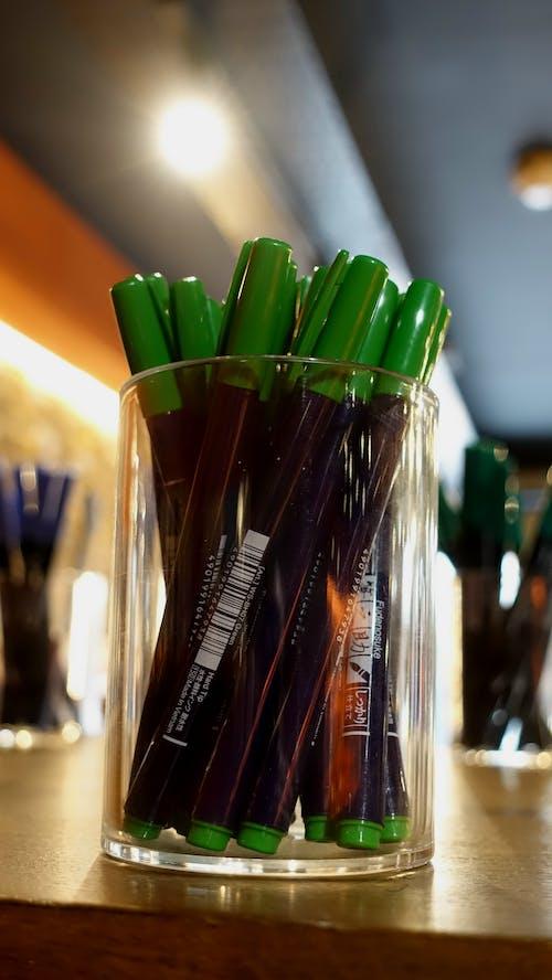 Gratis stockfoto met balpennen, groen, kantoorbenodigdheden, markeerstiften