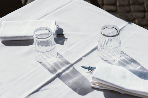 Foto profissional grátis de artigos de vidro, close, desocupado, disposição da mesa