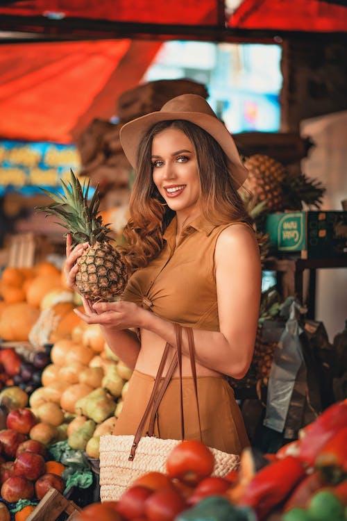 Kostenloses Stock Foto zu draußen, einkaufen, erwachsener, essen