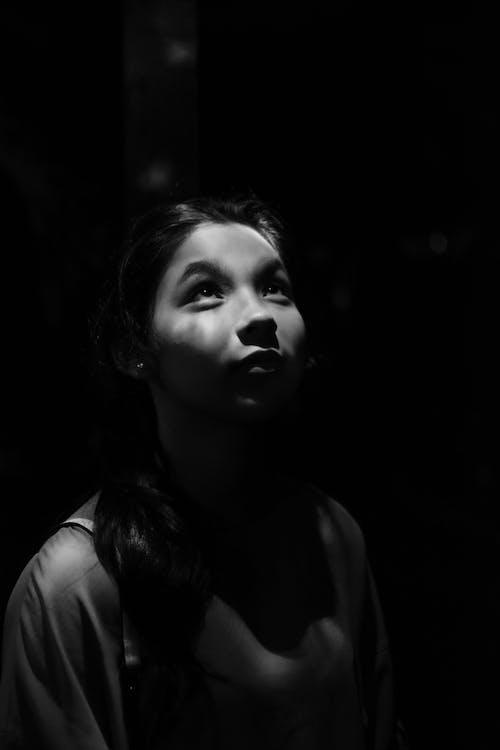 Fotos de stock gratuitas de blanco y negro, bonita, buscando, cara