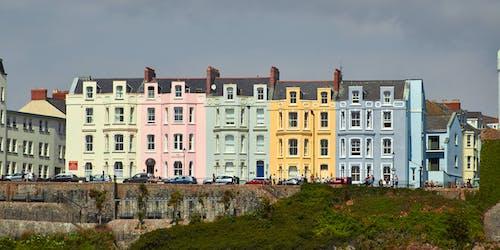 Foto d'estoc gratuïta de cases acolorides, cases del colors, multicolors, terrassa