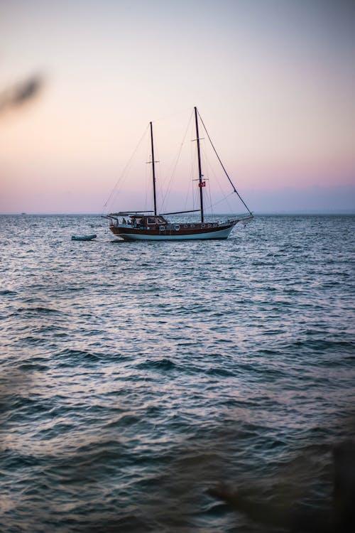 Foto d'estoc gratuïta de alba, barca, capvespre, embarcació d'aigua