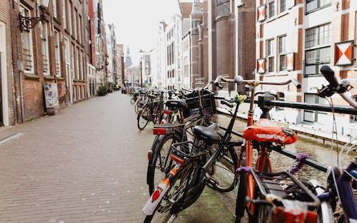 Foto profissional grátis de Amsterdã, bicicletas, canal, Europa