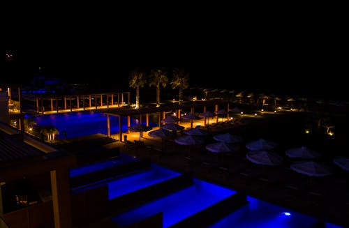 Kostenloses Stock Foto zu hotel, nacht hotel, palmen, persönliche pool