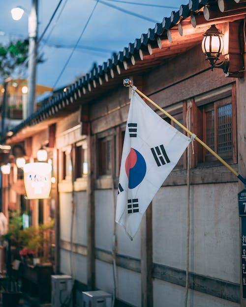 Kostnadsfri bild av arkitektur, byggnad, flagga, gata