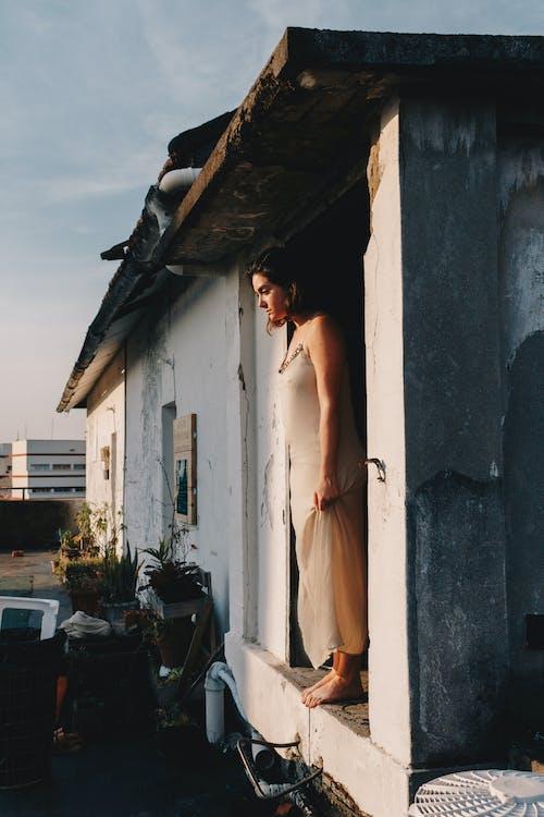 Δωρεάν στοκ φωτογραφιών με perosn, βλέπω, γυναίκα, είσοδος