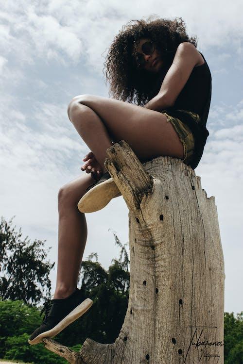 Ilmainen kuvapankkikuva tunnisteilla #ulkoiluhaaste, 20-25-vuotias nainen, afrikkalainen nainen, afro hiukset