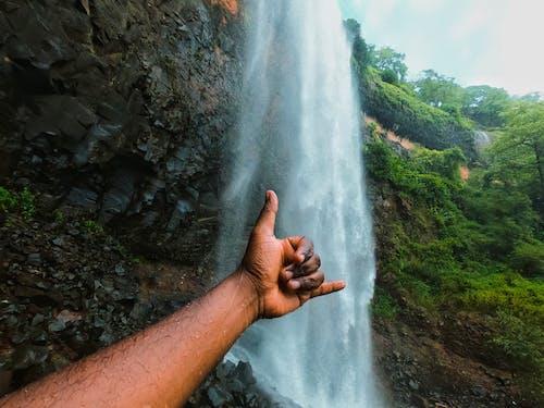 Foto profissional grátis de cachoeira, mão, natureza
