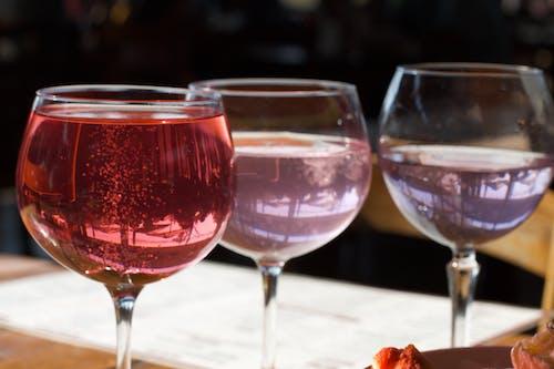 粉红杜松子酒, 葡萄酒杯, 雞尾酒 的 免费素材照片