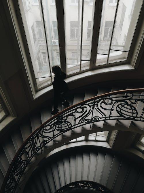 bina, kapalı mekan, kişi, merdiven içeren Ücretsiz stok fotoğraf