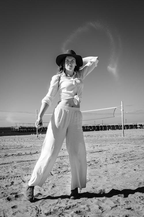 Δωρεάν στοκ φωτογραφιών με άμμος, ασπρόμαυρο, γυναίκα, καθημερινό ντύσιμο