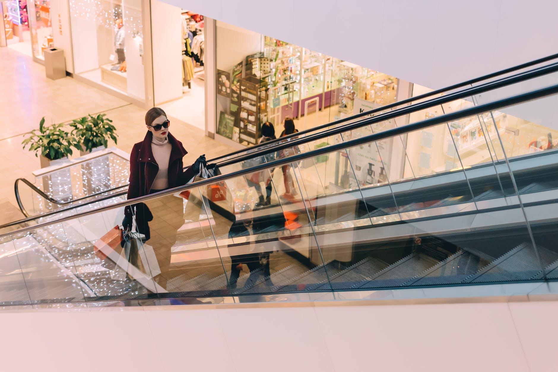 Omnichannel mulher no shopping