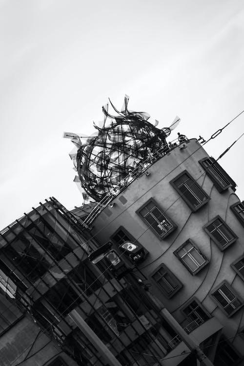 Foto d'estoc gratuïta de arquitectura, ballant, blanc i negre, casa