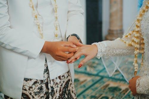 Foto stok gratis cincin, cincin kawin, gaun pengantin, hari pernikahan