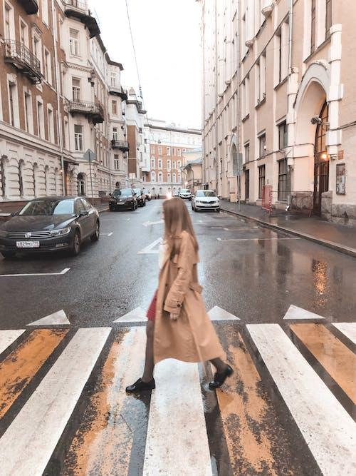Foto d'estoc gratuïta de arquitectura, caminant, carrer, carretera