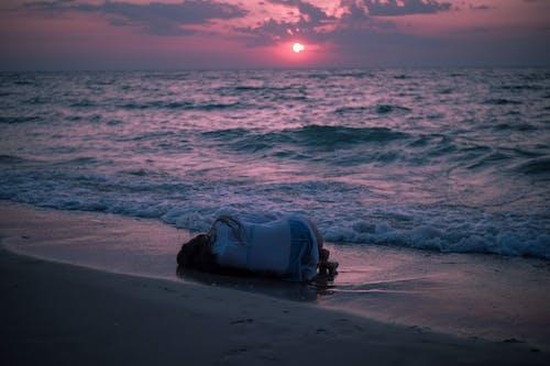 Photo De Personne Allongée Sur La Plage