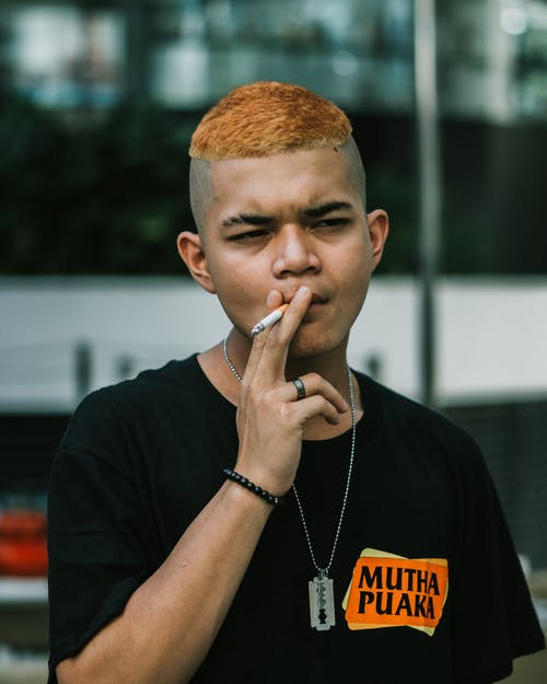Kostnadsfri bild av ansiktsuttryck, apelsinhår, cigarett, fokus