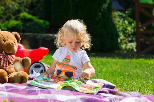 Fotobanka sbezplatnými fotkami na tému , ktorým sa na kameň, bábätká, bábätko, baby brucho