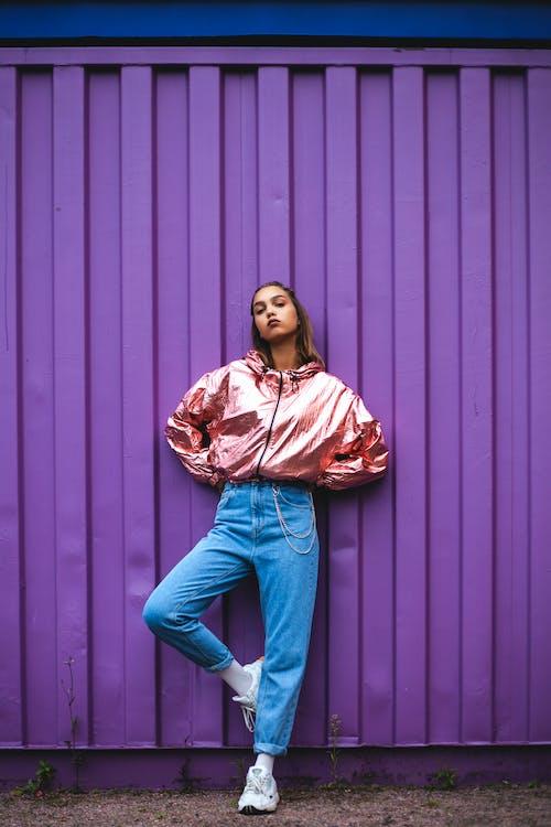 Mulher Em Jaqueta Rosa Com Zíper E Jeans Azul