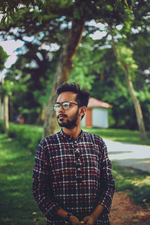 Kostenloses Stock Foto zu grüner baum, mann mit brille, panjabi-kleid