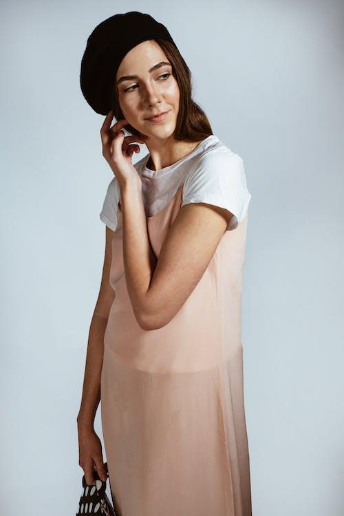 Foto Wanita Mengenakan Gaun Persik