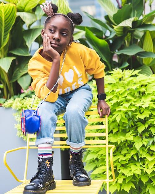 Ilmainen kuvapankkikuva tunnisteilla afrikkalainen amerikkalainen tyttö, afrikkalainen tyttö, ilme, istuminen