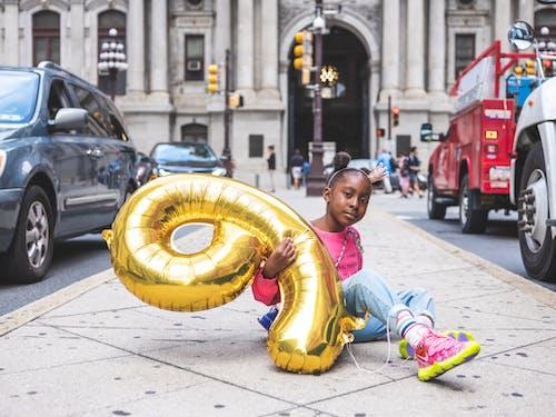 Foto d'estoc gratuïta de a l'aire lliure, aniversari, assegut, carrer