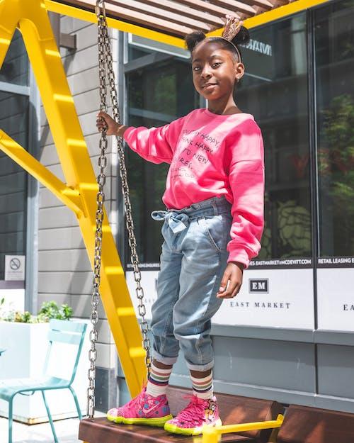 Photos gratuites de banc pivotant, debout, enfant, fille africaine