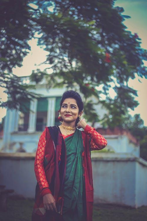 Imagine de stoc gratuită din care deține fire de păr, femeie care poartă rochie saree, roșu și verde saree