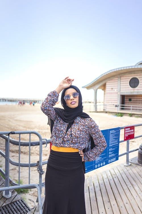 人, 圍巾, 墨鏡, 夏天 的 免费素材照片