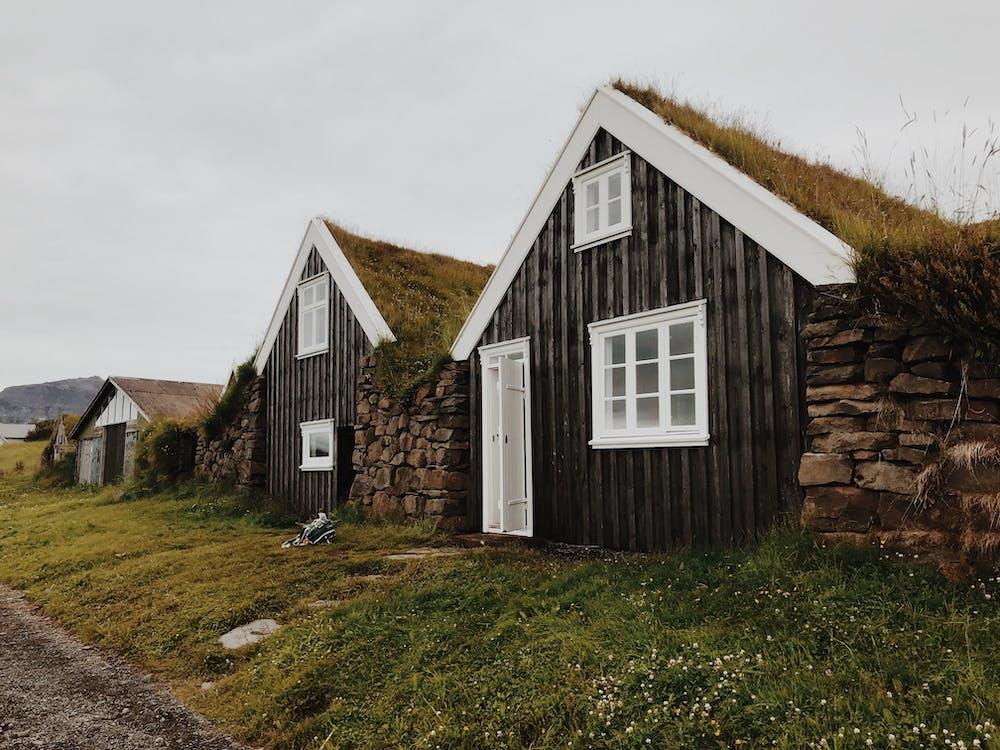 ablakok, ajtó, bungalók