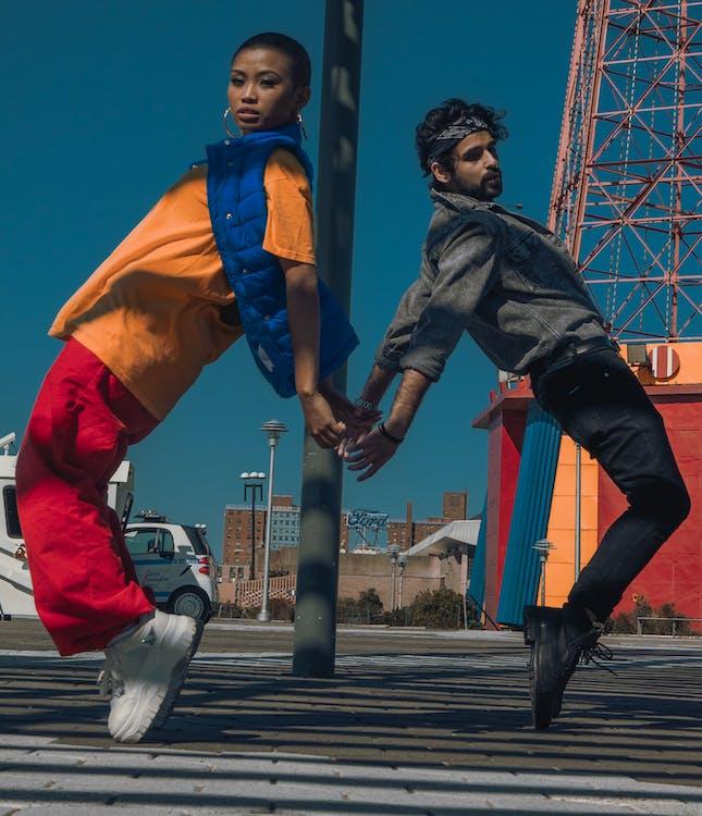 Mann Und Frau Auf Zehenspitzen Auf Der Straße