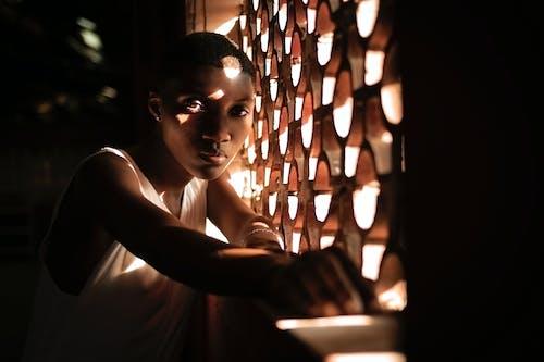 Ảnh lưu trữ miễn phí về ánh sáng, Chân dung, cô gái da đen, cửa sổ