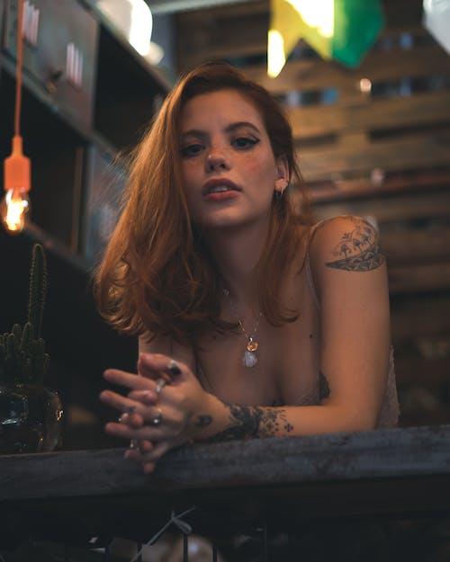 Mujer Recostada Sobre La Mesa