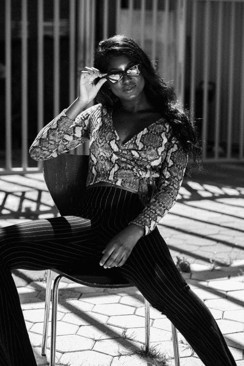 alb-negru, așezat, costum