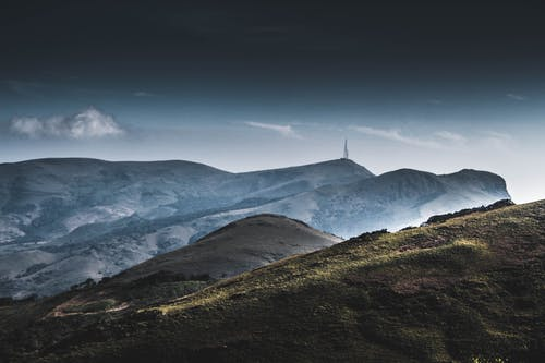 Kostnadsfri bild av berg, dal, gräs, gryning