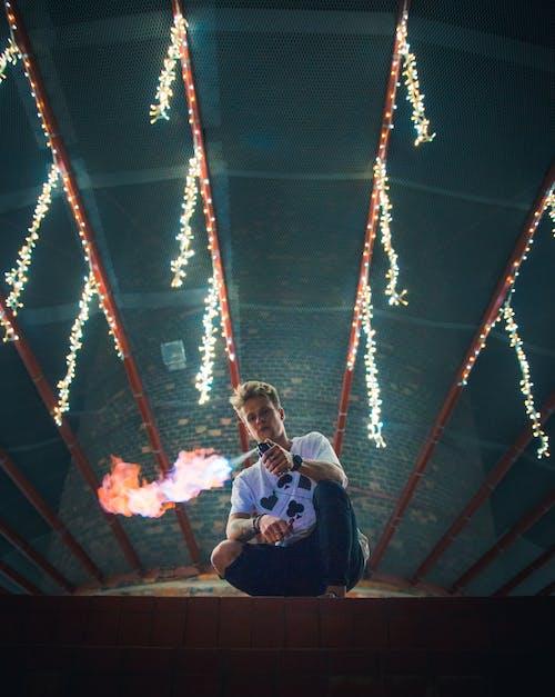 Бесплатное стоковое фото с гирлянда, мужчина, огнемет, огни