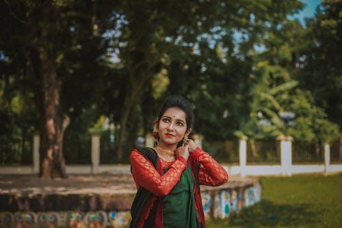 Imagine de stoc gratuită din femeie care prezintă, roșu și verde saree