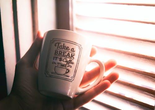 Kostenloses Stock Foto zu fenster, glas, kaffee, kaffeetasse