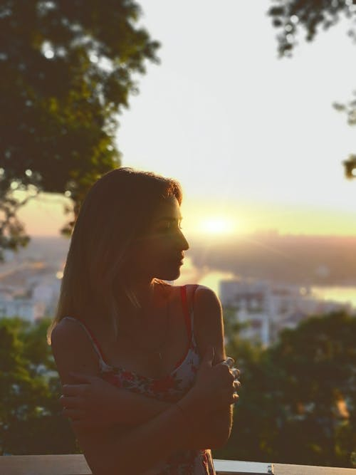 Gratis stockfoto met avondlucht, knap meisje, mooie zonsondergang, omtrek