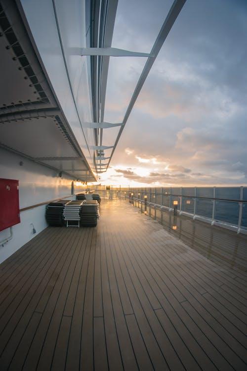 balkon, beyaz bulutlar, bulutlar, deniz içeren Ücretsiz stok fotoğraf