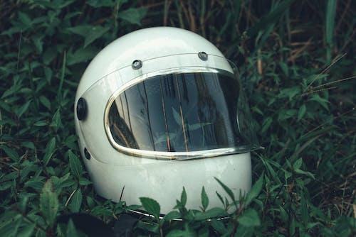 Immagine gratuita di attrezzatura, bianco, casco, erba