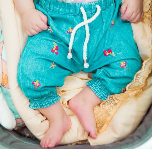 Kostenloses Stock Foto zu baby, babyfüße, bett, bettlaken