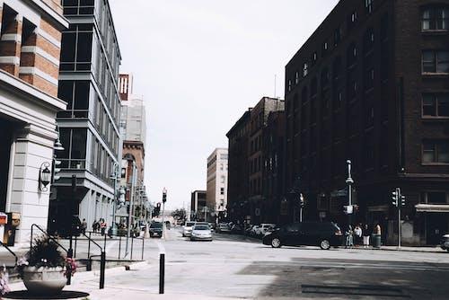 Immagine gratuita di auto, centro città, città, edifici