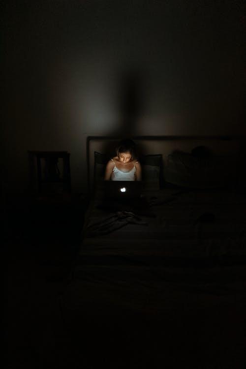 açık, bağ, bilgisayar, bulanıklık içeren Ücretsiz stok fotoğraf