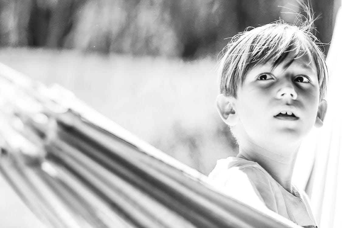 gutt, portrett, svart-hvitt