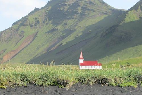 Darmowe zdjęcie z galerii z czarna, piaszczysta plaża, góra, kościół